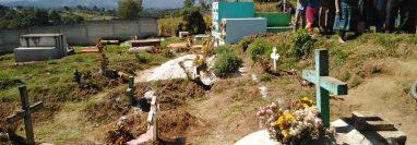 Comisión encabezada por un síndico de Santa Cruz del Quiché coloca una línea sobre las tumbas donde pasaría una calle, (Foto Prensa Libre: Héctor Cordero)