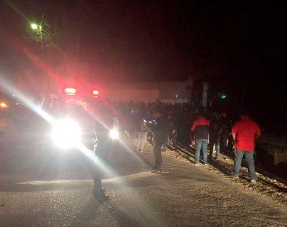 Vecinos capturan a dos hombres a quienes señalan de cometer asaltos en el puente de acceso a la Colonia Brasilia, zona 7 de Huehuetenango. (Foto Prensa Libre: Mike Castillo)