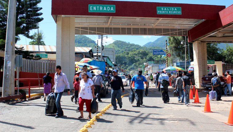 Migrantes pasan el puerto fronterizo en La Mesailla, la Democracia, Huehuetenango. (Foto Prensa Libre: Mike Castillo)