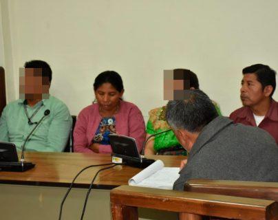 Juana Emiliana Real Ordoñez, de suéter rosado,  y Pablo Calel Mejía, camisa corinta, fueron hallados culpable del asesinato de Francisco Perpuac. (Foto Prensa Libre: Héctor Cordero)