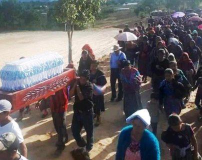 Vecinos de Xequemeyá, Momostenango, Totonicapán, trasladan el cadáver del niño a la comunidad. (Foto Prensa Libre: Cortesía)