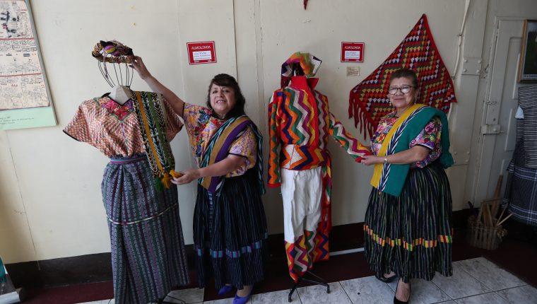 Raquel García y Miriam Nimatuj, dos de las fundadoras del Museo Ixkik´, enseñan los nuevos maniquíes con los trajes de Almolonga, Quetzaltenango. (Foto Prensa Libre: María Longo)