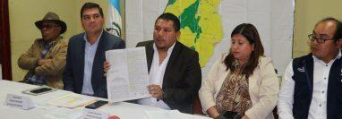 Domingo Ajeataz, alcalde de San Antonio Ilotenango  muestra el acuerdo municipal, lo acompaña el director de Water For People. (Foto Prensa Libre: Héctor Cordero)