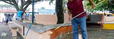 Vecinos de San Felipe Retalhuleu ocuparon tres días para limpiar y pintar el parque central de la localidad.  (Foto Prensa Libre: Rolando Miranda)