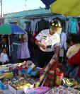 Los comerciantes de juegos pirotécnicos deberían instalarse en los espacios designados por el Concejo. (Foto Prensa Libre: María Longo)