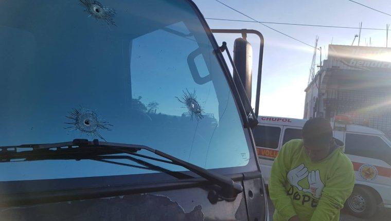 El vidrio del camión resultó con varios impactos de bala. el piloto resultó herido. (Foto Prensa Libre: Bomberos Voluntarios)