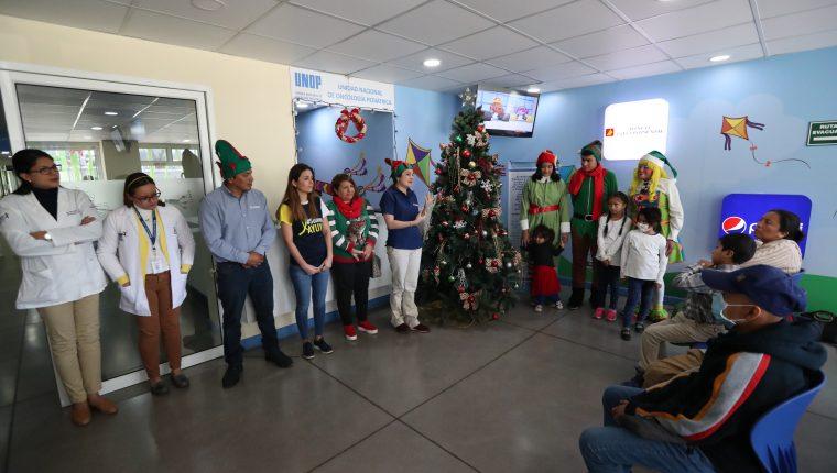 Niños de Ayuvi presenciaron el momento en el que se encendió el árbol de Navidad y se informaron sobre la carta que luego enviaron a Santa Claus así como de las posadas. (Foto Prensa Libre: María Longo)