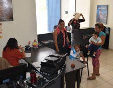 Guatemaltecos registraron a sus hijos en el Consulado de Guatemala en Comitán de Domínguez, Chiapas. (Foto Prensa Libre: Minex)