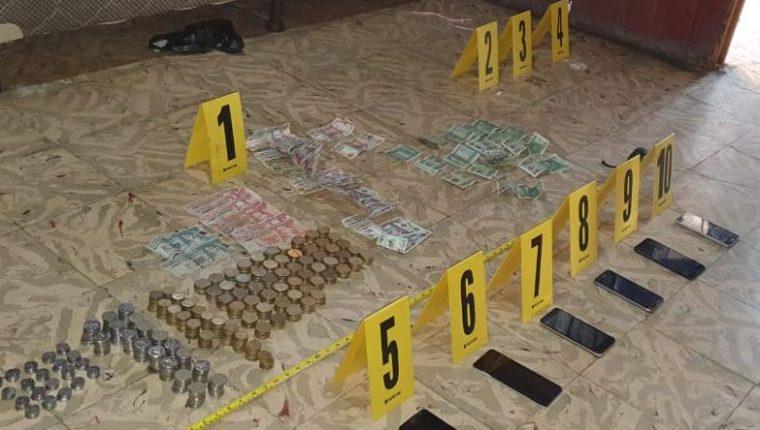 En la vivienda de Rubenia Elizabeth Ortiz Román la Policía encontró droga, dinero y celulares, (Foto Prensa Libre: PNC)