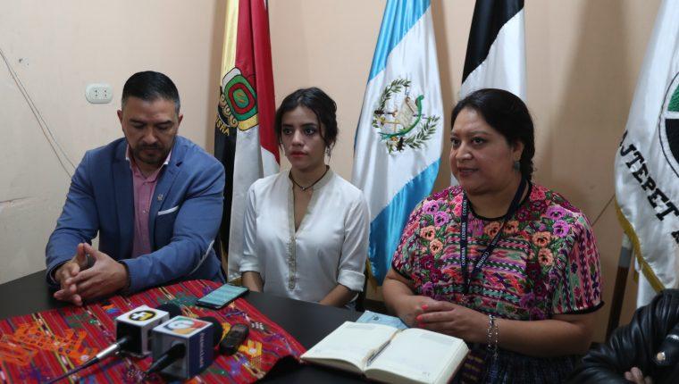 Sentada en medio de su abogado y la directora de Codisra en Quetzaltenango, Mei Lin Lau pidió disculpas por el comentario que hizo en su perfil de Facebook. (Foto Prensa Libre: María Longo)