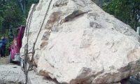La piedra de jade fue encadenada a una plataforma de un tráiler, para robarla de una finca en Pueblo Nuevo Usumatlán, Zacapa. (Foto Prensa Libre: Guatevisión)