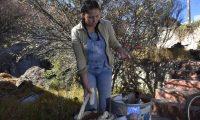 ACOMPAÑA CRÓNICA: BOLIVIA MEDIOAMBIENTE. BOL01. LA PAZ (BOLIVIA), 29/07/2019.- La boliviana Cecilia Tapia trabaja con fibras vegetales para elaborar los productos de su proyecto Bohemia Papel, el 25 de julio de 2019, en La Paz (Bolivia). El papel usado tiene una nueva vida en el laboratorio de la boliviana Cecilia Tapia, que lo combina con fibras vegetales como hojas de plátano, piña o totora, y semillas para crear folios artesanales y artísticos que incluso llegan a florecer si se los planta. EFE/Javier Mamani
