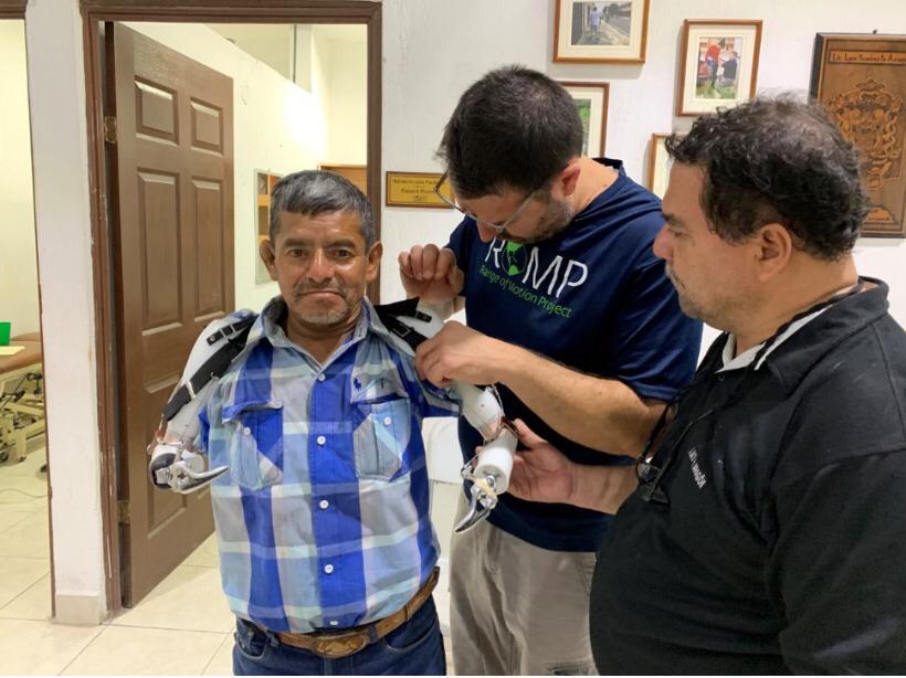 Cipriano Álvarez, el hombre al que cuatro tigres le devoraron los brazos, sueña con volver a cultivar piñas