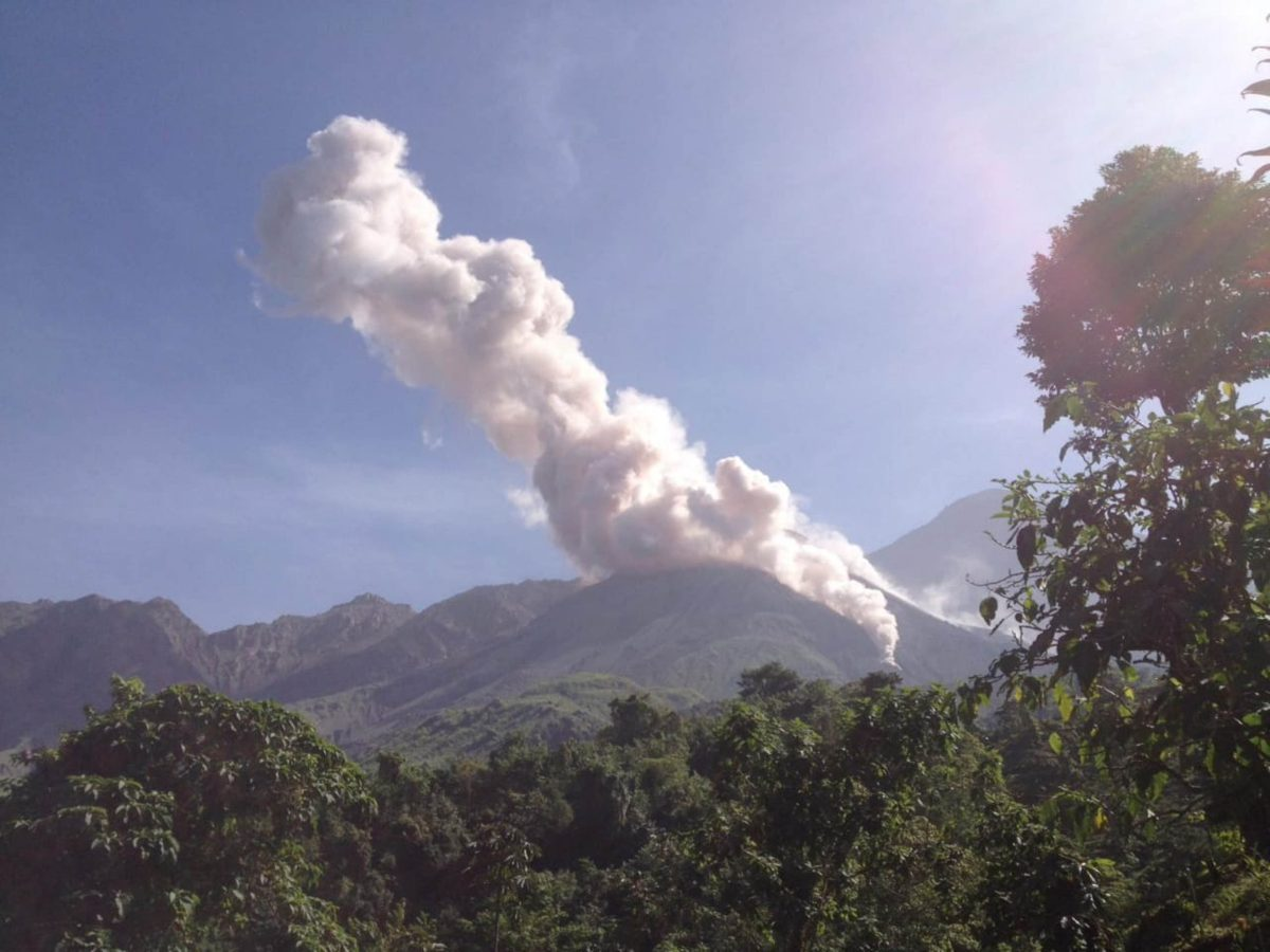 Turistas ignoran prohibición de ascenso al volcán Santiaguito