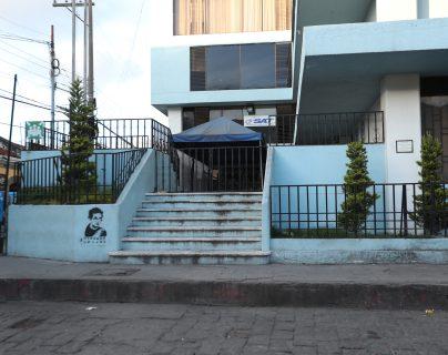 La rampa se construirá en el ingreso al edificio para que las personas con discapacidad accedan con facilidad al lugar. (Foto Prensa Libre: María Longo)