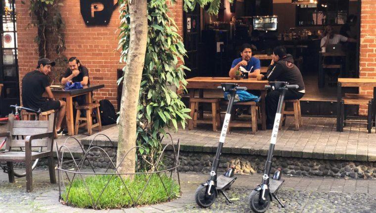 Con la aplicación Bird se puede alquilar patinetas eléctricas o scooters para desplazarse por ciertas zonas de la ciudad. (Foto, Prensa Libre: cortesía Wayfree).