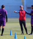 El entrenador argentino Sebastián Bini da indicaciones a sus jugadores en uno de los entrenamientos. (Foto Prensa Libre: AFP)