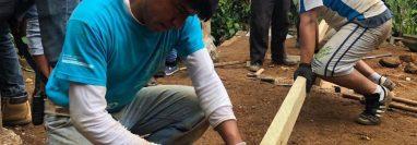 Los voluntarios trabajan junto a los pobladores para desarrollar los proyectos en la comunidad asignada. (Foto Prensa Libre: María Longo)
