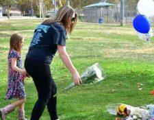 Personas colocan flores en el área donde hubo un tiroteo en una escuela de California el 15 de noviembre 2019. (Foto Prensa Libre: AFP).