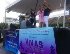 Algunas de las participantes lanzan mensajes para prevenir la violencia contra las mujeres. (Foto Prensa Libre: Verónica Orantes).