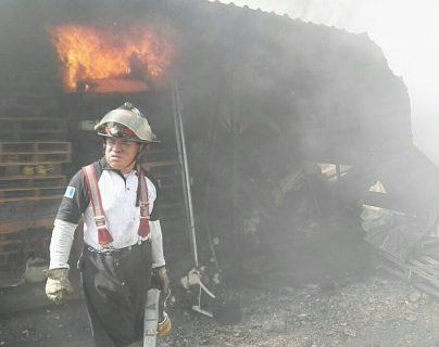 El incendio ocurrió en una bodega en la zona 2 de San José, Villa Nueva. (Foto Prensa Libre: Bomberos Voluntarios)