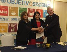 Rosa María de Frade, presidente de la Junta Directiva de la red local de Pacto Global en Guatemala. Rebeca Arias, Coordinadora Residente del Sistema de Naciones Unidas en Guatemala y John Denton, Secretario General de la Cámara Internacional de Comercio y miembro de la Junta Directiva de Pacto Global de Naciones Unidas. (Foto Prensa Libre: Paula Ozaeta)