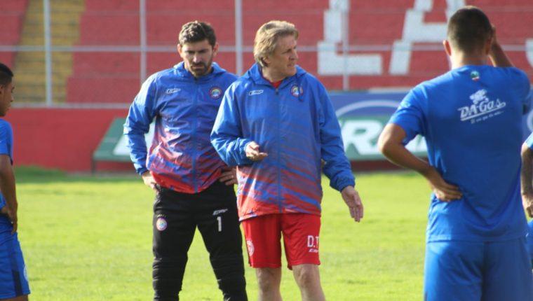 El entrenador tuvo su primer entrenamiento donde se presentó con los jugadores. (Foto Prensa Libre: Raúl Juárez)