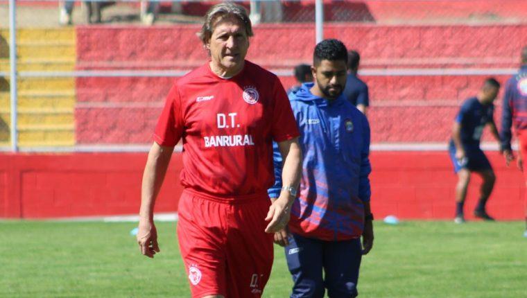 El entrenador Sergio Egea ha entrenado el mayor tiempo en España y busca implementar su metodología en Xelajú. (Foto Prensa Libre: Raúl Juárez)