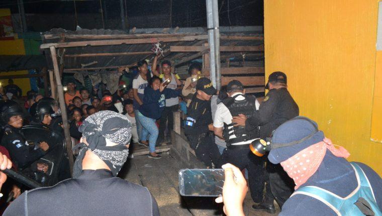 Comerciantes del sector la Pilita, en la cabecera de Zacapa, se oponían a ser desalojados por la PNC. (Foto Prensa Libre: Cortesía)