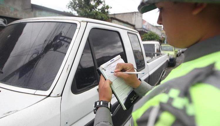 Nueve agentes de la Policía Municipal de Tránsito aparecen en el video agrediendo al motorista.  (Foto Prensa Libre: Hemeroteca PL)