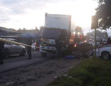 En el percance fallecieron dos personas y una más resultó herida. (Foto Prensa Libre: Víctor Chamalé)