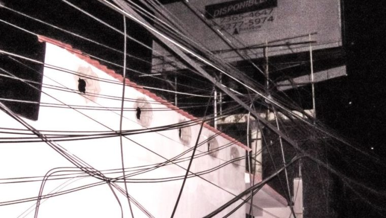 Los cables de energía quedaron colgando. (Foto Prensa Libre: Satélite News)