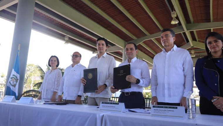 Las autoridades fiscales de Guatemala y México suscribieron en Ciudad Hidalgo el acuerdo de despacho conjunto aduanero que facilitará las operaciones en el servicio aduanero. (Foto Prensa Libre: Ministerio de Finanzas)