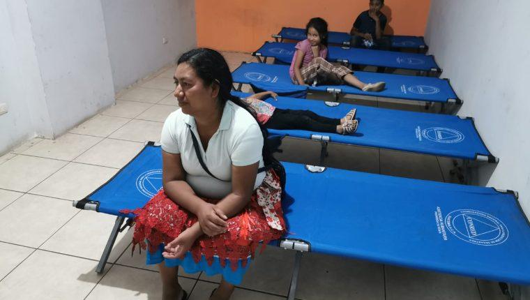 Una mujer descansa en un catre proporcionado por Conred, en un albergue de Villa Nueva. (Foto Prensa Libre: María René Barrientos)