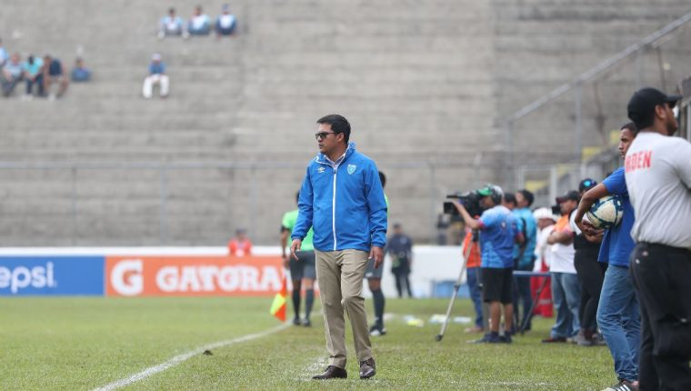 El técnico nacional Amarini Villatoro, durante el duelo de este jueves frente a Antigua y Barbuda. (Foto Prensa Libre: Francisco Sánchez)