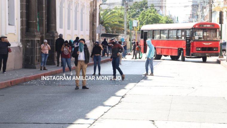 Un grupo de estudiantes universitarios protestó en contra de la aprobación del proyecto del presupuesto 2020 en las afueras del Congreso. (Foto Prensa Libre: Hemeroteca)