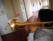 Un estudiante toca su instrumento en el Conservatorio Nacional de Música, institución que pertenece a la Dirección de las Artes de Cultura y Deportes. (Foto Prensa Libre: Sergio Morales)