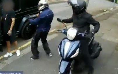 Imágenes del video que muestra el momento del asalto. (Foto Prensa Libre: Twitter)
