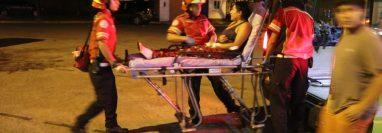 La mujer atacada por sus dos perros fue trasladada al Hospital Roosevelt. (Foto Prensa Libre: Bomberos Municipales)