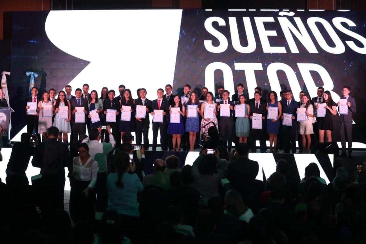 ¿Quiénes son los jóvenes que recibieron becas de la Fundación Juan Bautista Gutiérrez?