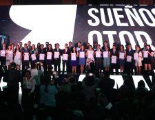 Jóvenes de siete departamentos del país reciben becas de estudio para el 2020. (Foto Prensa Libre: Erick Ávila)
