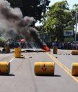Pobladores queman llantas para evitar el paso de vehículos sobre la ruta al Pacífico. (Foto Prensa Libre: Marvin Tunchez)