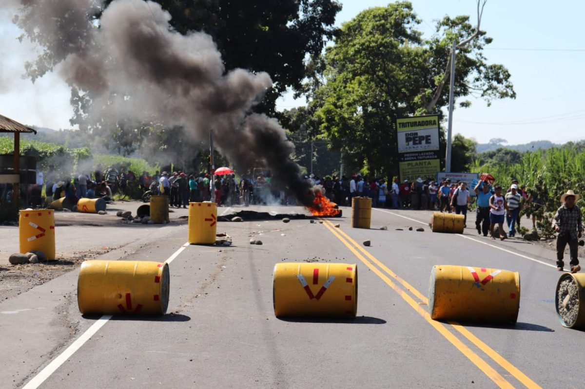 Ruta a suroccidente está bloqueada por pobladores de Suchitepéquez