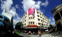 El edificio Engel, ubicado en la sexta avenida y 11 calle de la zona 1, lució una manta con promoción de Bohemia Suburbana. (Foto Prensa Libre: Keneth Cruz)