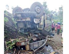 El autobús terminó volcado después del accidente. (Foto Prensa LIbre: Bomberos Voluntarios)