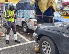 Agentes de la PMT toman nota de los vehículos que están abandonados en sectores de la zona 7. (Foto Prensa Libre: Cortesía)