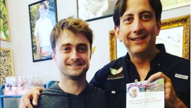 El actor se tomó una fotografía con el propietario de la finca cafetalera. (Foto Prensa Libre: José Cuellar)