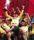 Manuel Rodas festeja con el título de campeón de la Vuelta a Guatemala. (Foto CDAG).