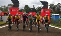 Manuel Rodas y sus compañeros de equipo ingresaron juntos en la meta de la etapa 10. (Foto Carlos Vicente).