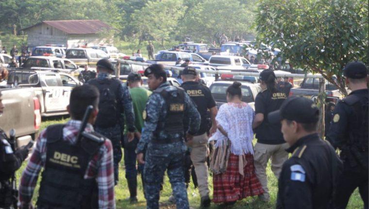 Un fuerte dispositivo de más de 50 agentes fue desplegado para las capturas. (Foto Prensa Libre: Mingob)